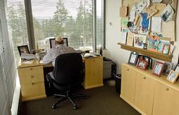 谁最有品味?业界十大著名CEO办公桌一览