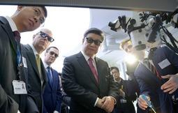 习大大戴3D眼镜观看医疗设备
