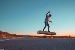 真正悬浮飞行滑板亮相:售价2万美元能飞6分钟