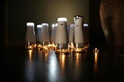点燃蜡烛就能发电的LED灯具:一支蜡烛带来两支蜡烛的光