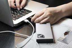 今天为大家介绍一款移动电源、一个硬盘和一根数据线