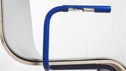 坐在MOOV Chair凳子上,抖抖脚就能发电