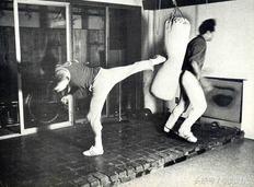 一些李小龙在日常训练时的老照片,钢铁不是一天练成的