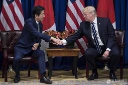 特朗普与安倍在纽约会晤握手