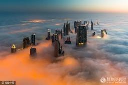 迪拜摩天大楼冲破浓雾