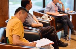 全球顶级院士科学家到访 马云埋头作笔记