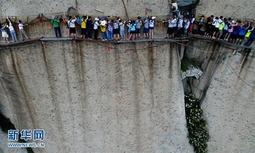 华山迎旅游旺季 游客排队面壁通过