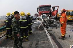 车祸18人死亡致高速拥堵 乘客淡定烤红薯