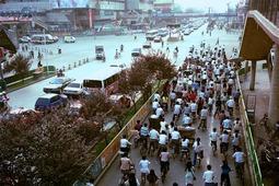 在1990年代成都的街头走一走