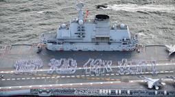 """""""香港你好!""""辽宁舰官兵在甲板列队摆字"""
