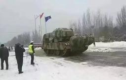 """雪后街头出现扫雪神器:""""坦克加飞机发动机"""""""