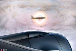 """摄影师坐飞机拍到神秘""""佛光"""" :彩虹光晕包围"""