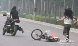 """如何对付抢包贼?马拉西亚发明能遥控""""爆炸""""的挎包!"""