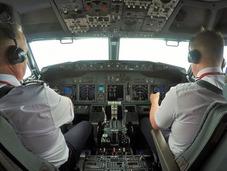 英19岁飞行员搭档父亲执行飞行任务