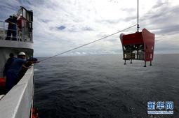 我国科考队员在雅浦海沟成功采集8000米深海钩虾