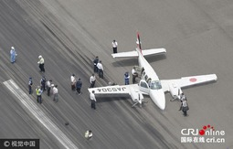 日本一架小型飞机降落时发生起落架故障(高清组图)