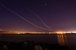 当飞机划过夜空,机身穿破数百米的空气