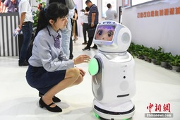 """""""人脸识别""""机器人亮相济南信博会"""
