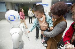 """杭州:引导患者会讲笑话 医疗导诊机器人""""晓曼""""来了"""