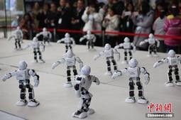 """""""机器人""""亮相2017世界智能制造大会跳起""""广场舞"""""""