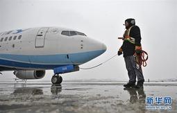 冰雪中的飞机除冰师
