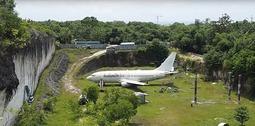 神秘波音飞机被弃巴厘岛 引众多游客前往参观