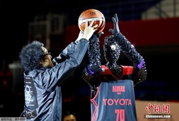 日本篮球机器人表演罚球 灵感来自动漫人物