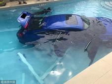 美国母亲停车忘拉手刹车载家人溜进游泳池