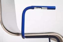 抖腿就能发电的椅子,带USB口可给手机充电