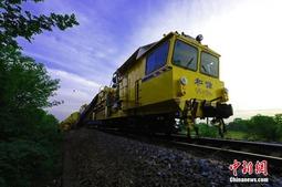 皖赣铁路江西乐平段进行机械化作业