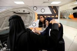 沙特首批女司机将上路 提前苦练驾驶技能