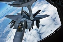 美军F-15E空中加油演练